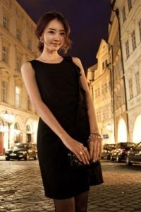 '.Изящное черное платье с эффектным воланом .'