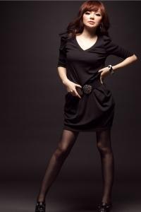 Модное черное платье с V-образным вырезом
