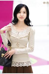 Абрикосовая блузка с кружевной отделкой