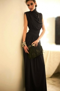 '.Длинное грациозное черное платье .'