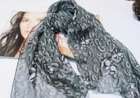 Оригинальный серый шарф с рисунком