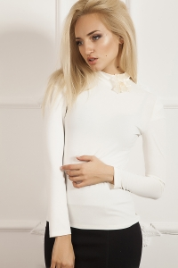 '.Белая блуза-гольф из трикотажа .'